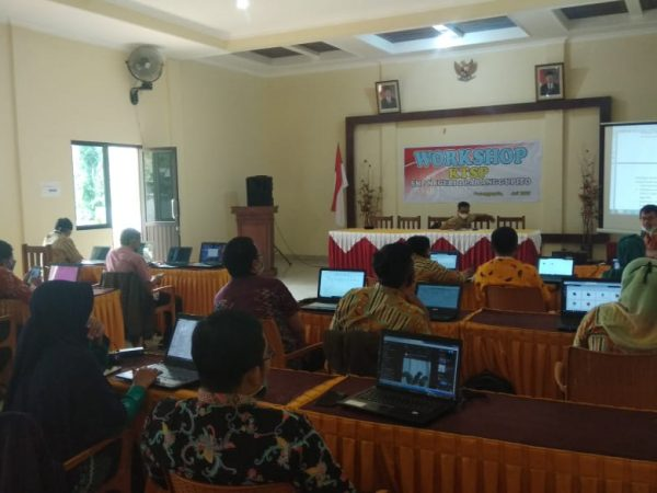 SMPN 2 Paranggupito Gelar Workshop KTSP dan Office 365
